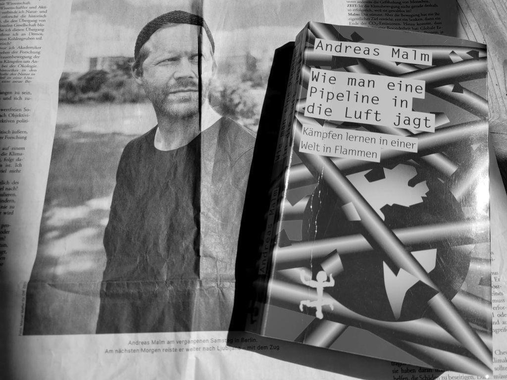 """Ein Zeitungsfoto von Andreas Malm aus der Wochenzeitung die ZEIT und das Cover seines Buches """"Wie man eine Pipeline in die Luft jagt"""""""